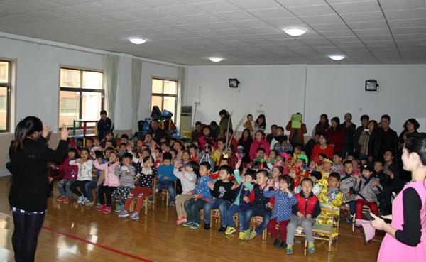市实验美达幼儿园积极开展亲子童话剧表演