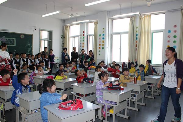 为更好的做好幼小衔接工作,帮助大班幼儿更全面、直观的了解小学,以积极的心态迎接小学生活。近日,市实验建业幼儿园组织全体大班幼儿参观了高新区修文外国语学校。   在小学老师的带领下,孩子们先后参观了艺术楼、宿舍,在操场上观看了升旗活动和课间操表演;针对自己上学前的一些困惑面对面和小学里的哥哥姐姐们进行交流;最后,在外教老师的带领下体验了一堂生动活泼的英语课,孩子们积极参与、大胆发言,进一步感受到小学课堂的氛围。   此次参观活动,孩子们亲身感受了小学生活,激发了上学的愿望,为幼小衔接工作的顺利开展奠